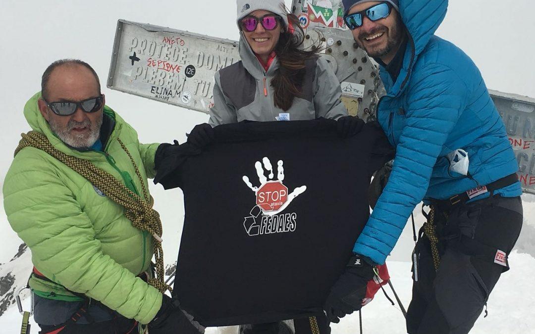 La expedición Aparicio-Abellán encumbra el pico Aneto y muestra la camiseta de FEDAES