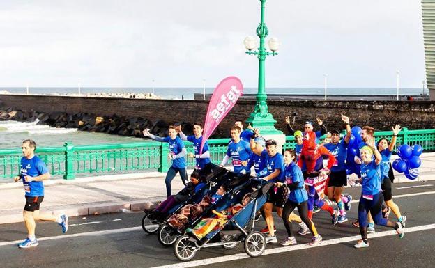 La lluvia no frenó a los jóvenes del Equipo Zurich AT para terminar el Maratón Donostia/San Sebastián