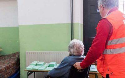 Ofrecen un servicio para acompañar a votar a personas con problemas de movilidad