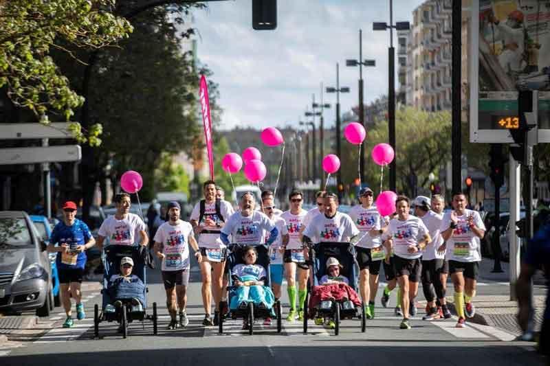 "25 corredores solidarios ""empujaron"" en la maratón de Vitoria-Gasteiz para hacer visible la ataxia telangiectasia"