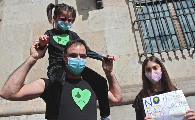 Decenas de personas se concentran en León para evitar 'el desahucio' de los colegios inclusivos